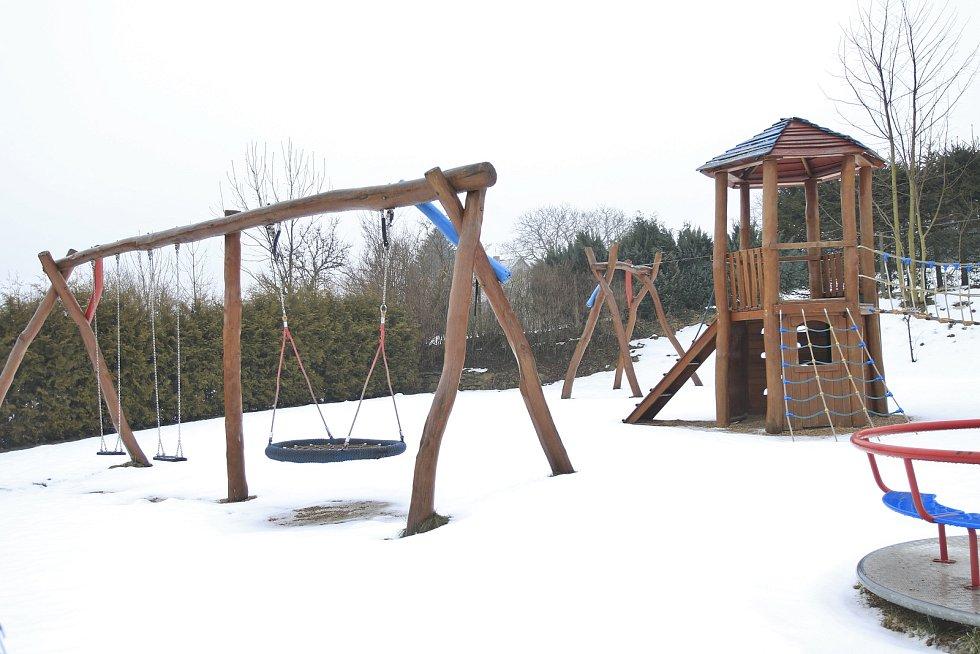 Nedaleko plánované mateřské školy je dětské hřiště.