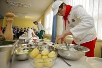 Lahůdky, které studenti připravovali, měly jednu základní surovinu: brambory. Na stole se pak sešla téměř umělecká díla, která na první pohled neměla s bramborami nic společného. Podle našich informací však kulinářské speciality chutnaly výjimečně.