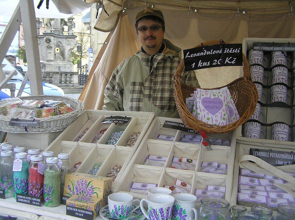 Farmářské trhy Koudelův talíř slaví letos jubileum. Návštěvníky neodradila od cesty na náměstí ani zima a déšť.