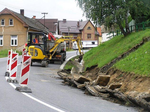 V Dobré u Přibyslavi začala před dvěma dny stavba chodníku. Provádí ji firma Eurovia.
