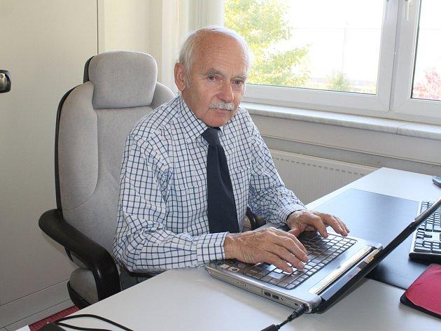 Za paracovním stolem. Aleš Kadlec začal po svých studiích pracovat v roce 1962 ve žďárském Žďasu, ale v průběhu let se přesunul do Havlíčkova Brodu. Mnoha mladším kolegům ve své profesi, jíž je stavebnictví, stále profesně stačí.