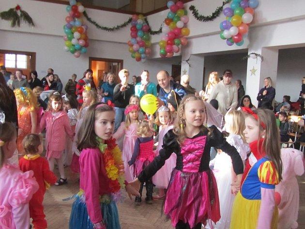 Karneval baví. Dětský karneval je každoroční akcí, kam směřuje stále více návštěvníků. Proto už nestačí velký sál Junioru a akce se již druhým rokem přesouvá do vedlejší sokolovny.