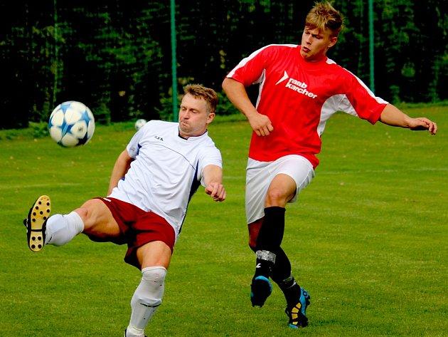 Posilou z farmy byl pro Havlíčkovou Borovou v zápase s Pelhřimovem B útočník Slavík (v bílém) ze ždíreckého Tatranu, který se podílel gólem na výhře 4:1. Kromě Slavíka přijel k výpomoci ještě Klimeš s Fikarem.