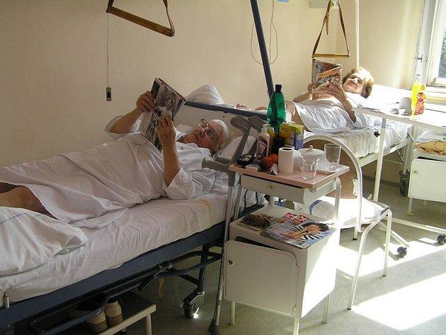 Potřebují kontakt. Pacienti oddělení dlouhodobě nemocných havlíčkobrodské nemocnice tráví v nemocničních pokojích i celé měsíce a mnohým z nich chybí společnost i někoho jiného než zdravotnického personálu.