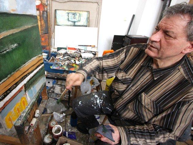 Přes sto tub různých barev čeká v ateliéru v Nové Vsi u Světlé nad Sázavou, až je akademický malíř Josef Saska vytlačí na paletu a štětcem nebo špachtlí nanese na plátno.