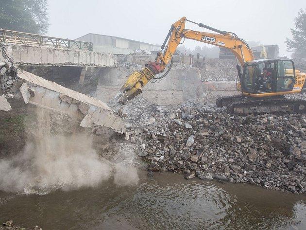 Demolice mostu na silnici I/34 mezi Ždírcem nad Doubravou a Novým Ranskem.