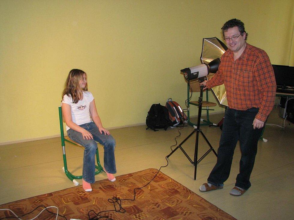 Možná budoucí televizní, režisérské a kameramanské hvězdy si ve svém kruhu vychovává Základní škola Nuselská v Havlíčkově Brodě. Ve zdejší učebně totiž žáci přichází na to, jak vzniká televizní spot, reportáž či jak obtížná je práce moderátora.