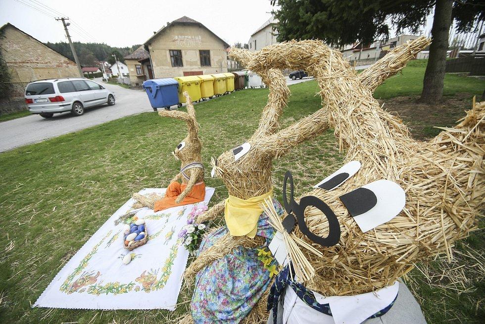 Slámové postavičky a zvířata patří v Cejli na Jihlavsku ke každoroční tradici. Bohužel i letos poznamenal Velikonoce koronavirus.