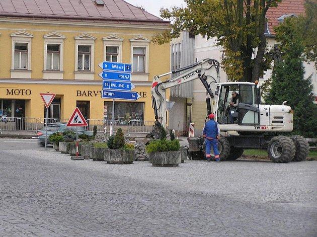 Za dva týdny by se obyvatelé Přibyslavi měli dočkat obnovy silničního přechodu u pomníku sv. Václava. Ten vedl přes nejfrekventovanější silnici v centru města,  a to směrem k  samoobsluze, kam chodí nakupovat lidi prakticky z celé Přibyslavi.