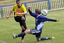 Stejně jako v loňské sezoně i letos se museli chotěbořští fotbalisté (vlevo) smířit s těsnou porážkou na hřišti jednoho z největších rivalů.