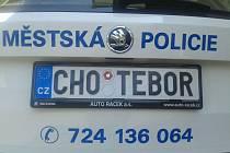 Zaregistrování speciální značky vyjde majitele auta na deset tisíc korun. Chotěbořskou kasu to ale nebude stát ani korunu, protože úřad, který značky vydává je ze zákona od placení poplatku osvobozen.
