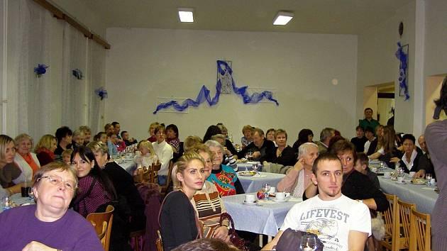 Slavnostně vyzdobený sál v Květinově.