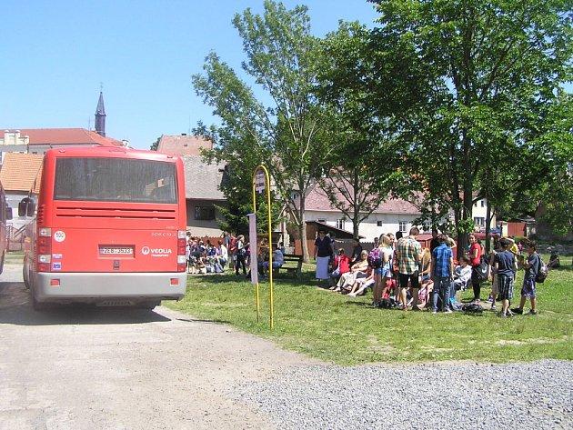 Z důvodů stavby silničního průtahu městem byly v Chotěboři přestěhovány dočasně autobusové zastávky  za náměstí do míst bývalého obecního rybníka.