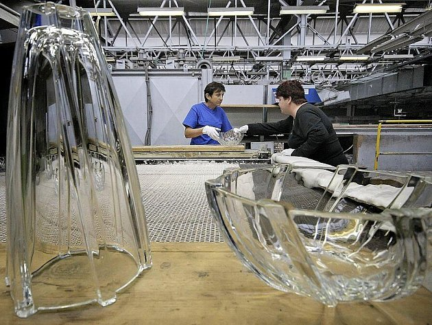 Po několika měsících intenzivních příprav byla v pátek ve světelské sklárně společnosti Crystalite Bohemia zahájena strojová výroba skla. První zprovozněná tavicí vana poskytla sklářskou surovinu třem linkám, které začaly chrlit první výrobky.