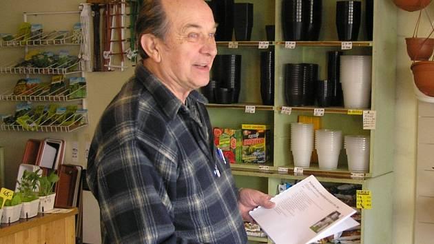 Jan Škoch působí ve službách meteorologie čtyřiapadesát let a je stále zapálený pro nejrůznější výzkumy počasí. Ví přesně, které zimy byly nejhorší, a kdy už konečně přijde jaro. Je ale také vášnivým zahrádkářem, který umí ve své prodejně vždy poradit.