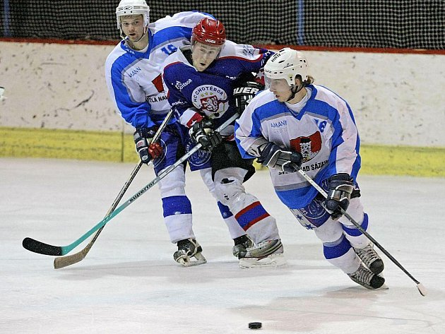 Už ve 2. kole krajské hokejové ligy Pardubického kraje se střetli dva okresní rivalové. Světlá hostila vdomácím azylu v Humpolci Chotěboř, divokou přestřelku nakonec vyhráli skláři.