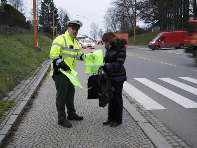 Policejní hlídky ve čtvrtek v jihlavské Brněnské ulici rozdávaly náhodným chodcům reflexní prvky, které se dají snadno umístit na oblečení.