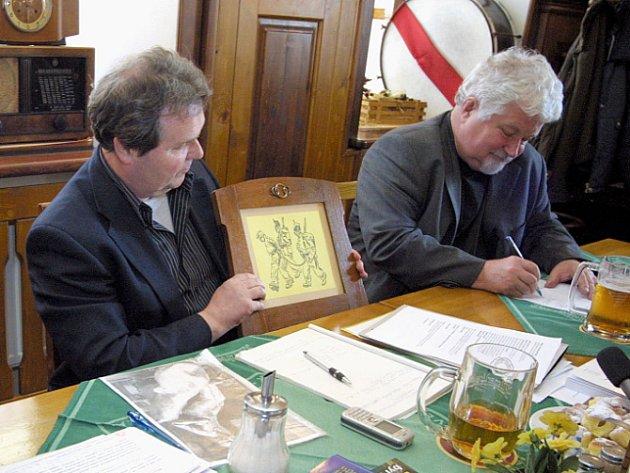 Historicky první vyobrazení vojáka Švejka z roku 1911 od Karla Schtroff a dostal jeho vnuk Richard darem.