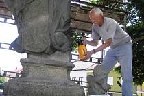 Restaurátorovi Petru Mášovi při opravě sochy pomáhají speciální chemikálie. V celé kráse by se světec, který je zatím bez nohy, měl objevit na podzim.