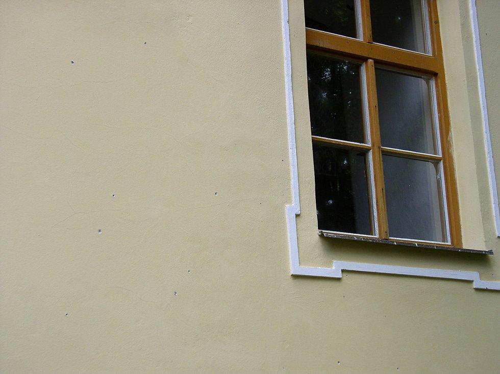 Střepiny z granátu poškodily omítky okolních domů
