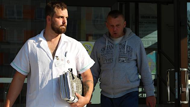 Vlastislav Růžička (vpravo) odchází od Okresního soudu v Havlíčkově Brodě v doprovodu ošetřovatele.
