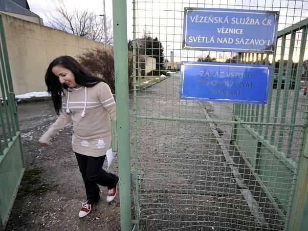 Amnestie. Brány věznice opustily první amnestované ženy ve dvě hodiny po poledni.