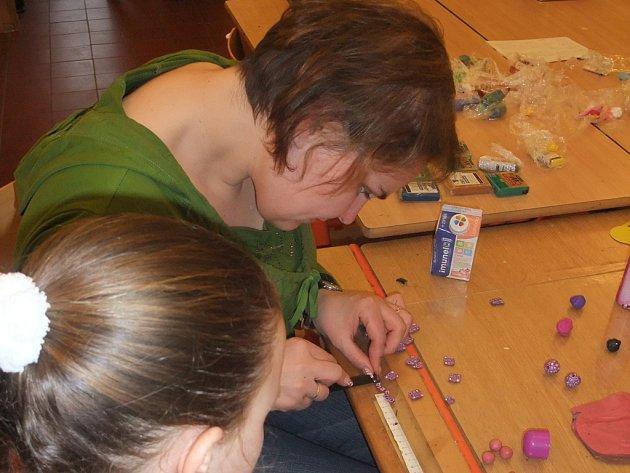 Při dílnách v havlíčkobrodské galerii se dospělí i děti naučí nové techniky, získají nové dovednosti, ale především je to skvělý relax.