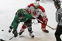 Brodští hokejoví dorostenci (ve světlém) si v pondělní předehrávce 38. kola extraligy poradili v Havířově s domácími Pantery 4:2.