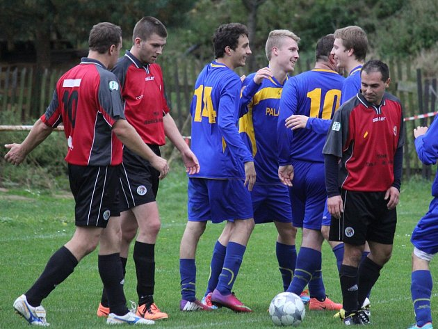 Třetí porážku v řadě si připsali hráči brodského béčka (vlevo). Tentokrát doma nestačili na Bedřichov.