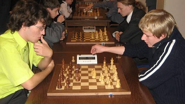 Filip Vala (vpravo) byl nejlepším šachistou Jiskry na Šachovém festivalu Vysočiny 2009. Ve FIDE Open obsadil desáté místo, na turnaji v bleskovém šachu byl těsně na čtvrté pozici.