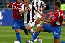 Nevyšlo to. Plzeňský obránce Petr Knakal (vpravo) se měl stát další výraznou posilou druholigové Jihlavy. Transfer ale nakonec padl.