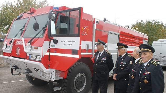 Zasloužilí hasiči si prohlédli zázemí profesionálních hasičů ve Světlé nad Sázavou. Zaujala je i nová Tatra, kterou jim přijeli ukázat hasiči z Ledče nad Sázavou.