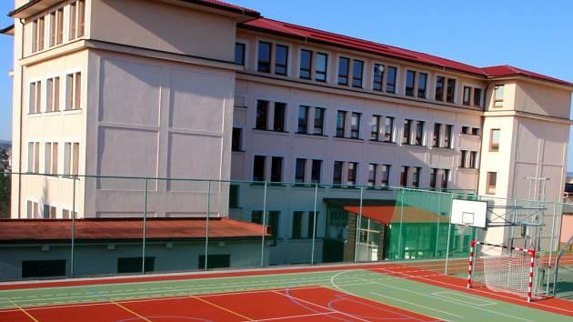 Nové hřiště v areálu školy.