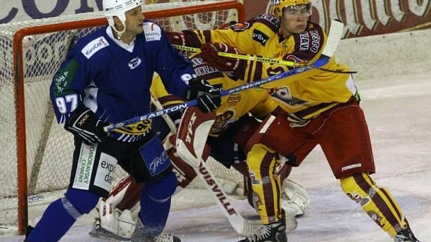 Daniel Hodek (vlevo) se vrací do Kotliny, kde před dvanácti sezonami s velkým hokejem začínal.