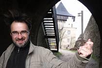 """Klíčem od brány hradu Lipnice otočí Marek Hanzlík už posedmnácté ve svém životě. """"Hrad se na lipnickém ostrohu tyčí přesně 700 let, byl totiž založen kolem roku 1310 jednou z větví Ronovců, Lichtenburky,"""" připomíná kastelán, který opustil rodnou Prahu."""