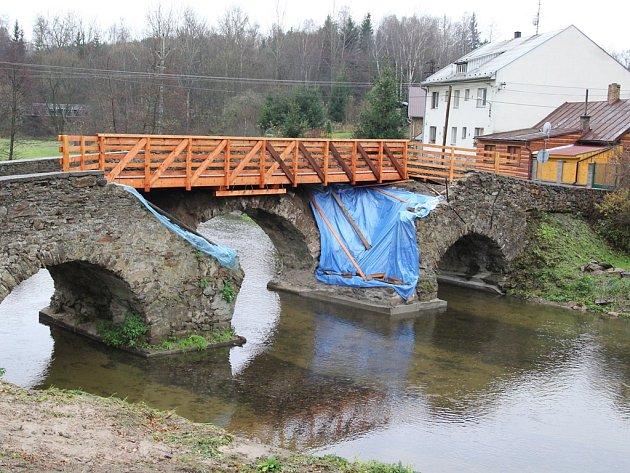 Konečně. Starosta Havlíčkova Brodu Jan Tecl požehnal včera  opravě mostu v Ronově nad Sázavou.