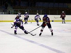 Šest branek nastříleli hokejisté Chotěboře (ve světlém) v okresním derby na ledečském stadionu.