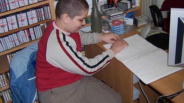 Braillovo písmo se začal nyní dvanáctiletý Vladimír učit v pěti letech. V šesti ho už dobře ovládal. Připouští ale, že zrakově postižený se ho naučí rychleji. Kdo má oči zdravé, vidí totiž jen změť teček.