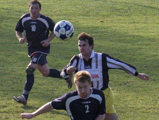 Fotbalisté Dlouhé Vsi (v tmavém) se s podzimní části sezony rozloučili na výbornou, doma přehráli humpoleckou rezervu 4:0.
