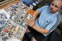 Alba Martina Křesťana ukrývají více než šestnáct set hokejových kartiček od těch nejnovějších až po kousky z padesátých let.