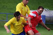 Začátek utkání nechytli fotbalisté Habrů (vpravo), kdy s brodským béčkem v devatenácté minutě prohrávali 3:0.