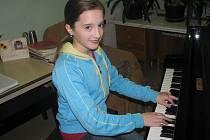 Katka a klavír vytváří harmonii, která je cítit již při prvních tónech. Přesvědčivě interpretuje náročné skladby, o jejichž obtížnosti není pochyb.