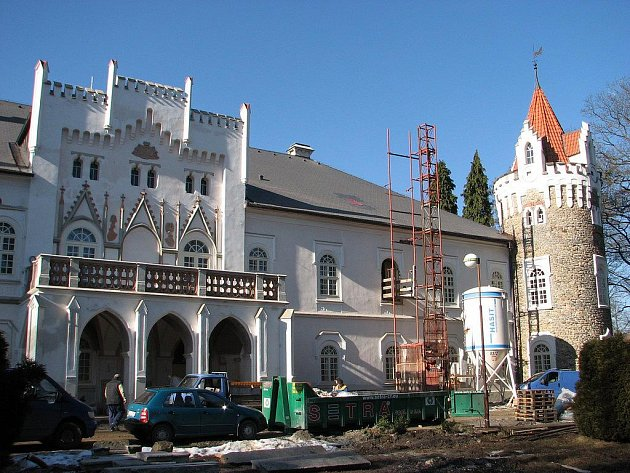 Zámek v Herálci čeká nová éra jeho historie. Stává se z něho moderní hotelový komplex.