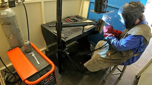 Modernizací prošla také dílna na svařování kovů. Nově tu žáci mají k dispozici vzduchotechniku, která odsává zplodiny ze svařování a zároveň rekuperuje vzduch.