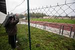 Diváci před plotem zavřeného stadionu v Havlíčkově Brodě při fotbalovém utkání mezi FC Slovan Havlíčkův Brod a FK Hodonín.