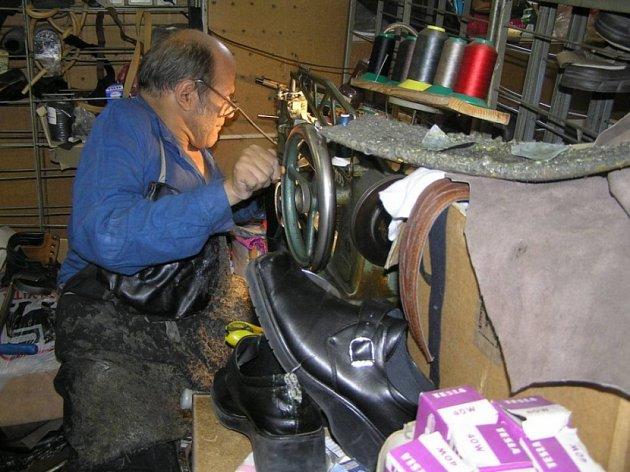 Zapomenuté řemeslo? Ševcovskému umění se věnuje stále míň lidí. Podle Pavla Míchala s několikaletou praxí se tradiční řemeslo vytratí z povědomí do pěti let.