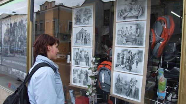 Pro řadu lidí čeká ve výlohách brodských obchodů šok. Projít venkovní galerií Umění za sklem však mohou zájemci i cíleně, mapku výloh najdou v Informačním centru.
