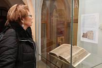 Návštěvnice Muzea Vysočiny v Havlíčkově Brodě si prohlíží za sklem vystavenou sbírku kázání.