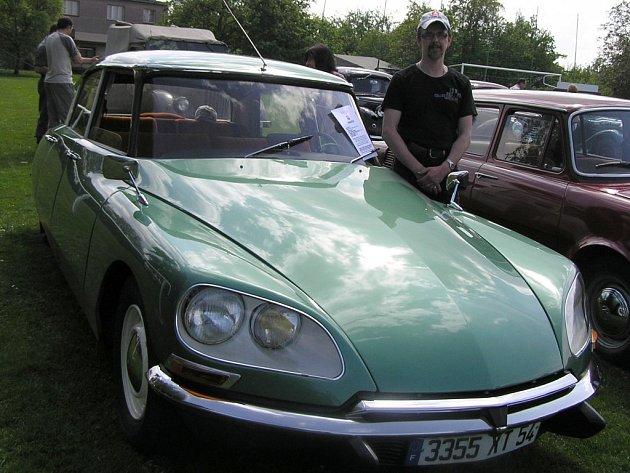 Auto pro šetřily rozhodně není francouzský Citroën DS, který u Sokolovny v Lípě v rámci oslav založení základní školy vystavoval sběratel  Roman Novák.