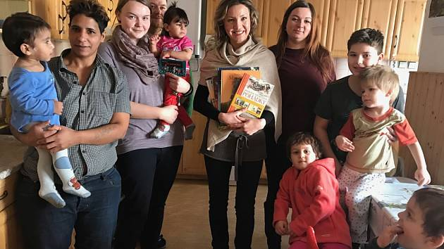 Ředitelka BASIC Havlíčkův Brod Irena Švecová drží knihy, které vzápětí předá dětem z Charitního domova pro matky s dětmi v Havlíčkově Brodě.
